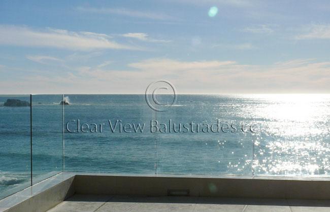 Freestanding glass balustrade