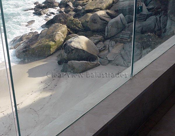 Freestanding glass wall